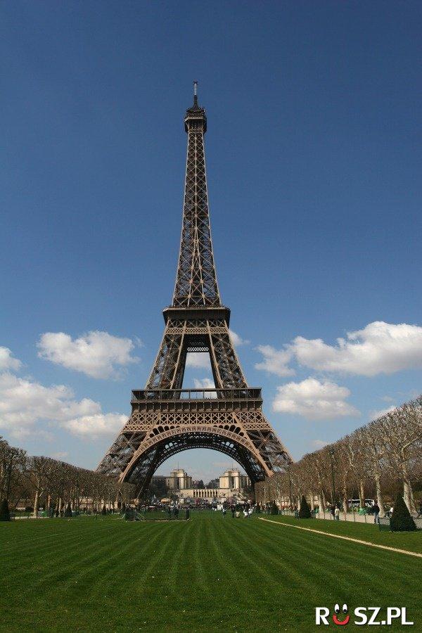 O ile zmienia się wysokość wieży Eiffla ?