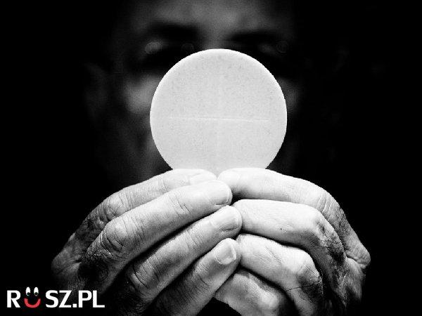 Ile % chrześcijan regularnie przyjmuje komunię?
