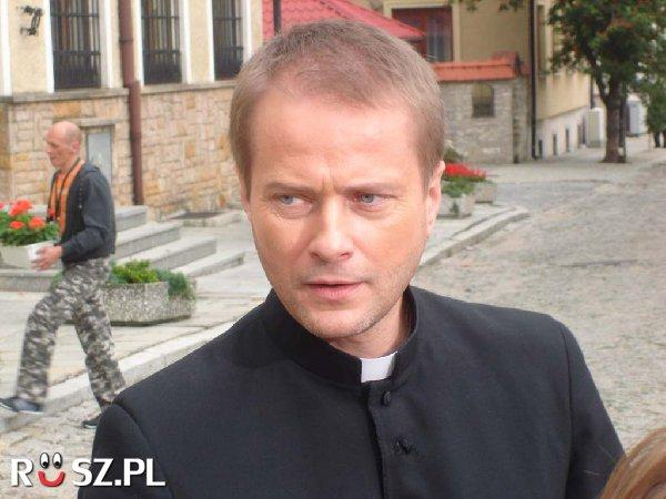 Ilu jest w Polsce duchownych nie licząc ojca Mateusza?